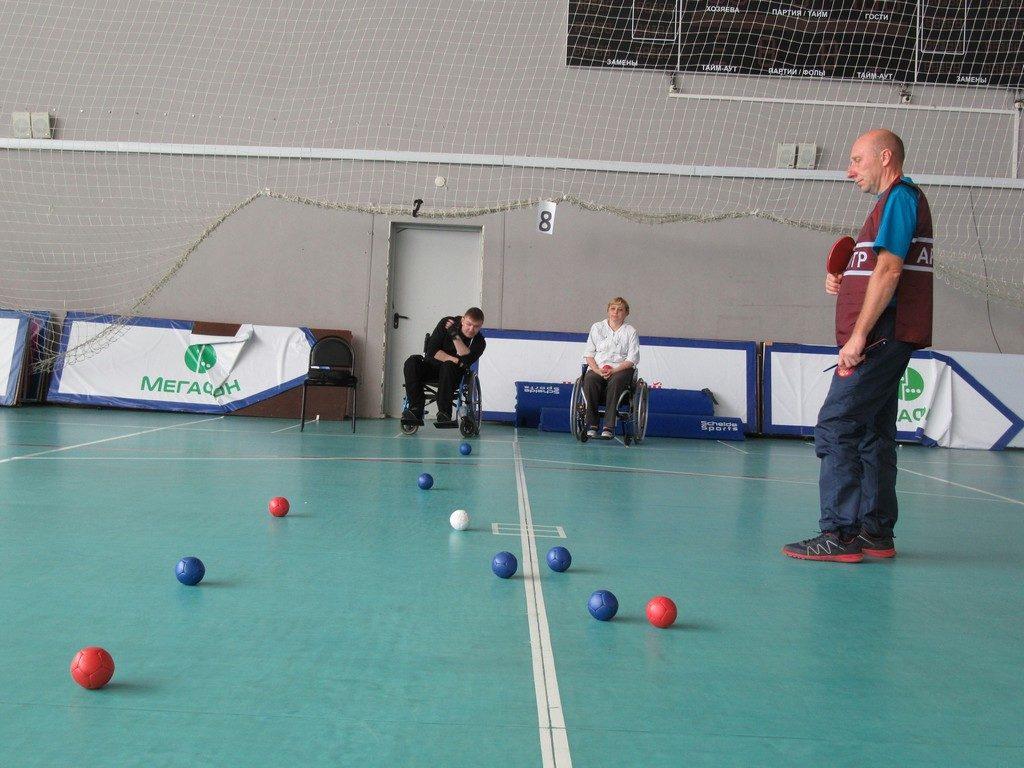 Кожаные мячи во Дворце спорта.